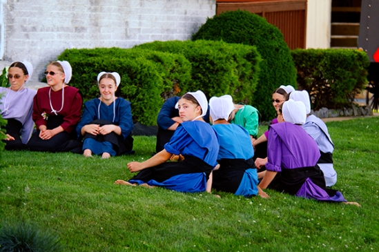 amish-girls-conversing